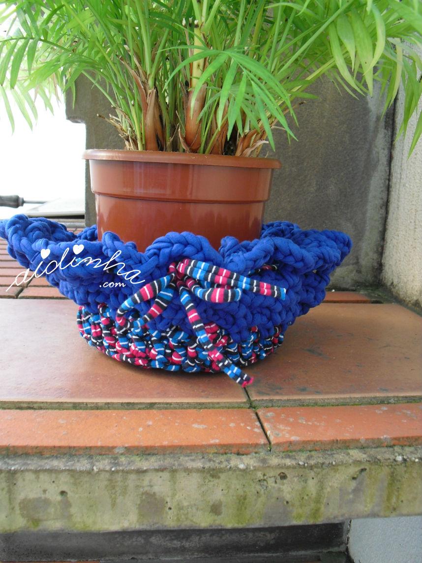 Outra vista do cesto de crochet, em trapilho, com vaso