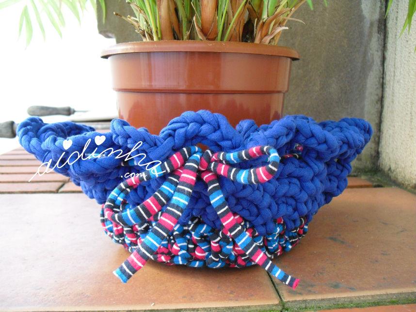 Pormenor do cesto de crochet, em trapilho, com vaso