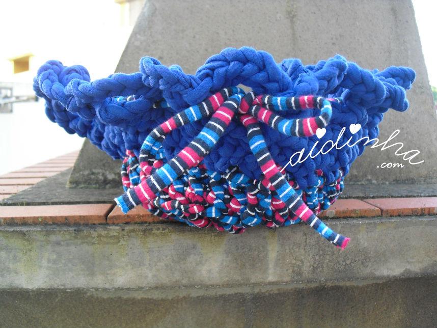 Cesto em crochet, de trapilho, com duas cores