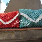 Bolsas, em crochet, tipo envelope, nas cores verde e vermelho
