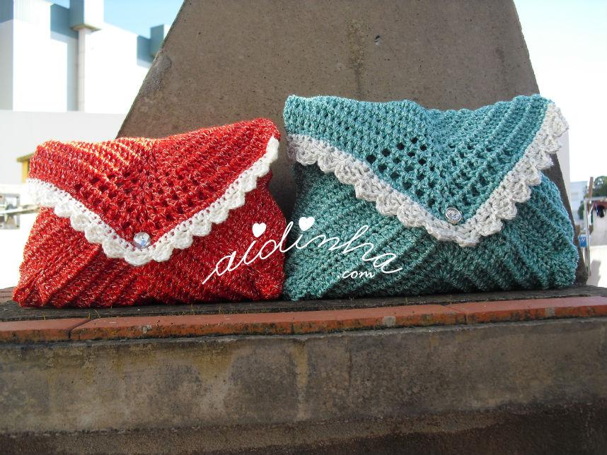 Bolsas, em crochet, tipo envelope, verde e vermelha