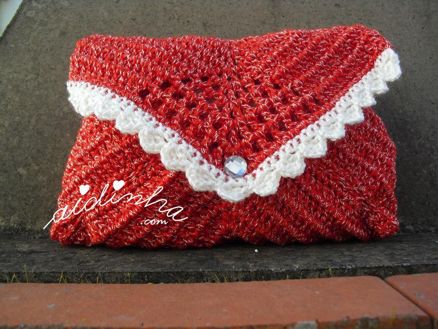 Bolsa, em crochet, tipo envelope na cor vermelho