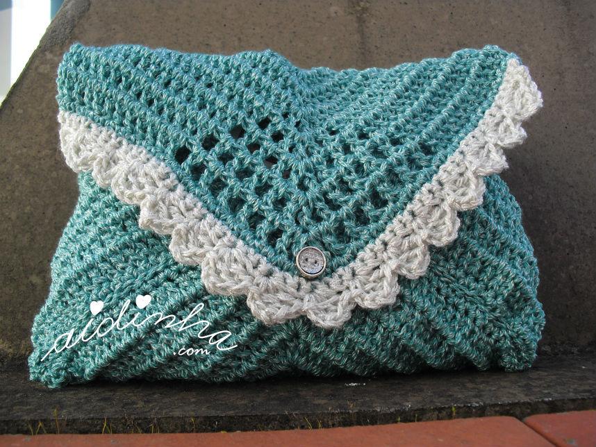 Bolsa, em crochet, tipo envelope verde com picô prateado