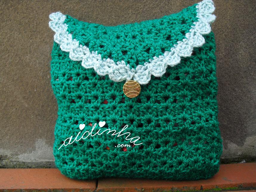 Bolsa em crochet, verde escuro, com picô verde claro