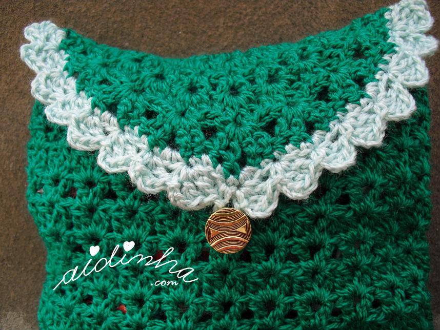 Vista do picô verde claro da bolsa, em crochet, verde escura