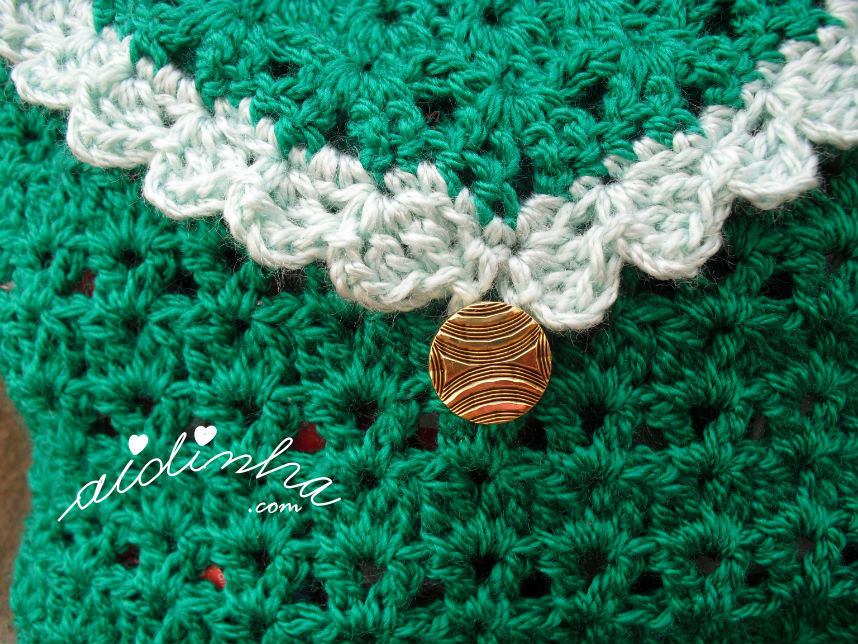 Detalhe do botão, da bolsa, em crochet, verde escura