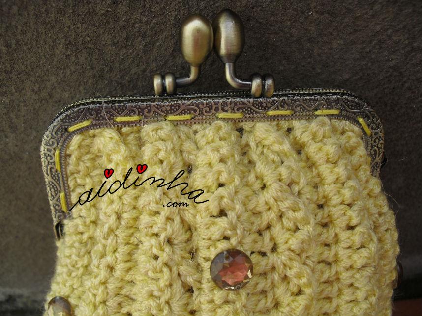 Mostra do fecho da bolsa de crochet, amarela