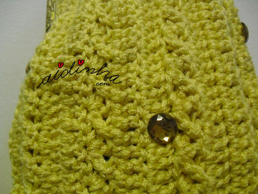 Vista do ponto de crochet, da bolsa amarela com cristais dourados