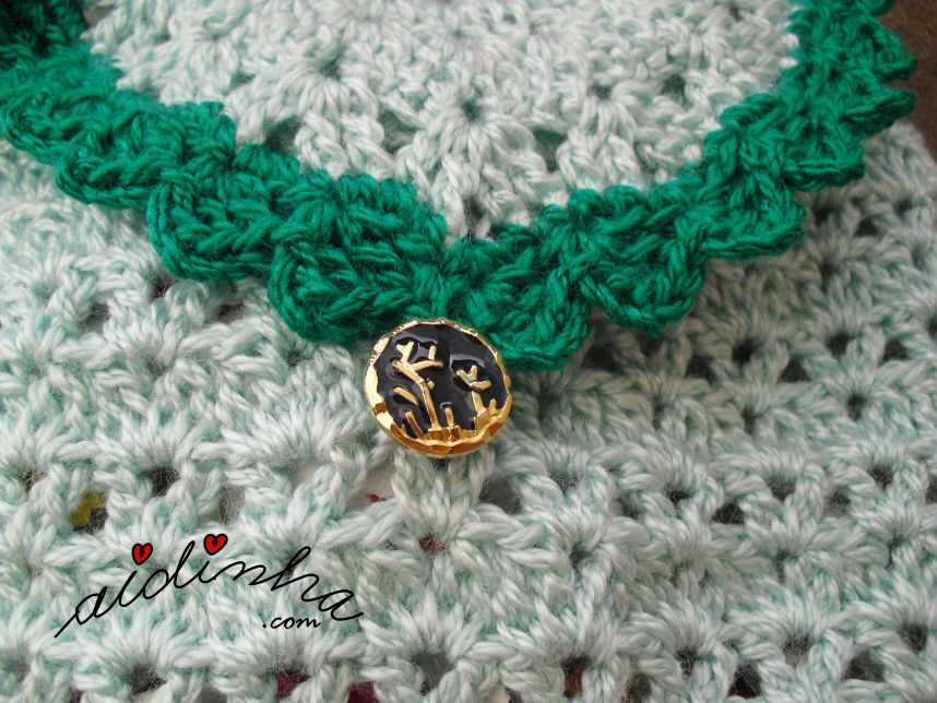 Detalhe do botão, da bolsa, em crochet, verde claro