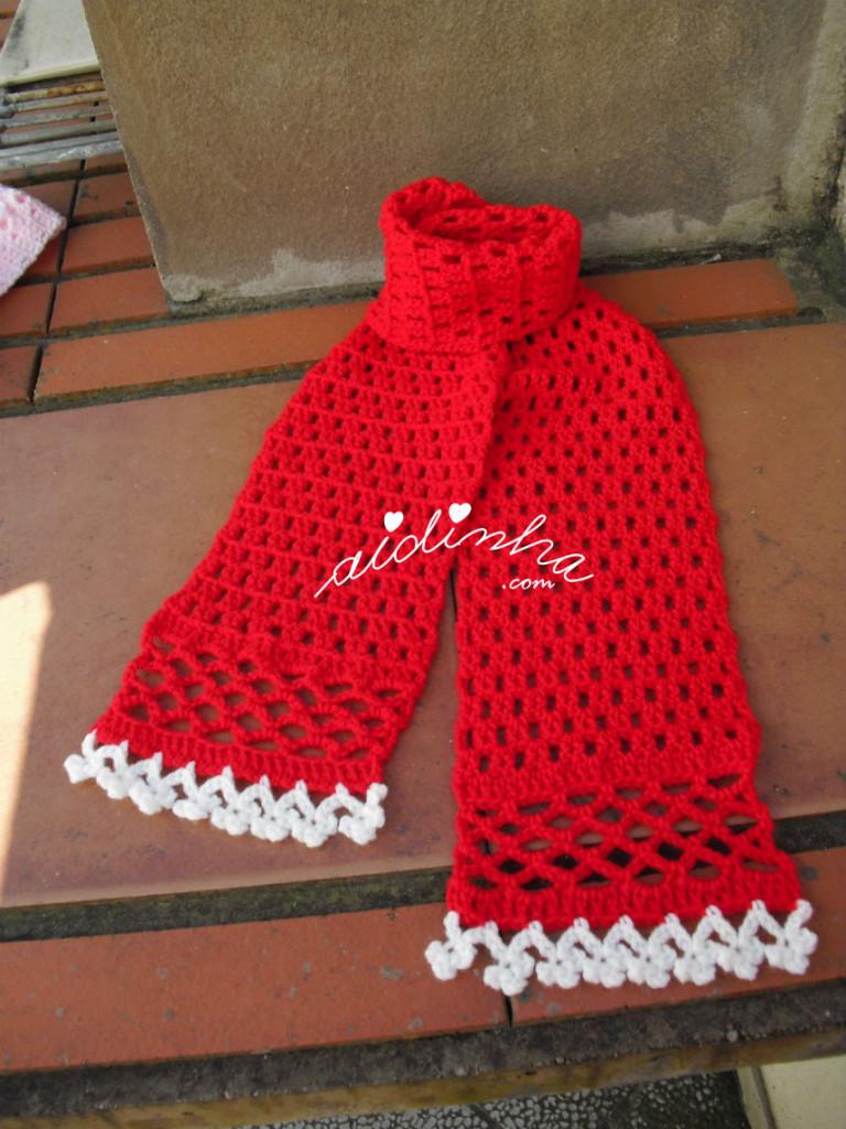 Cachecol infantil, em crochet, com florinhas brancas