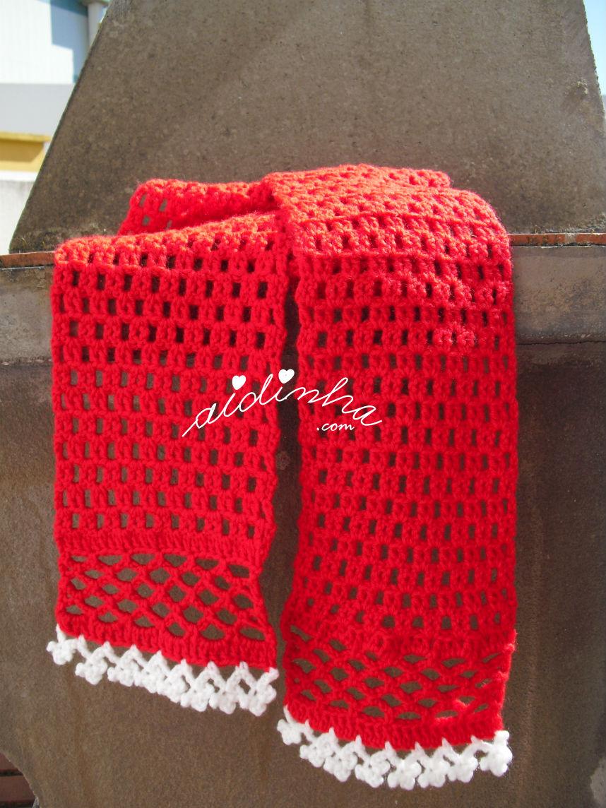 Outra vista do cachecol, em crochet, vermelho com florinhas brancas