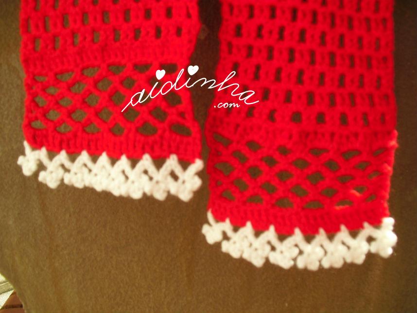 Foto das duas pontas do cachecol infantil, vermelho