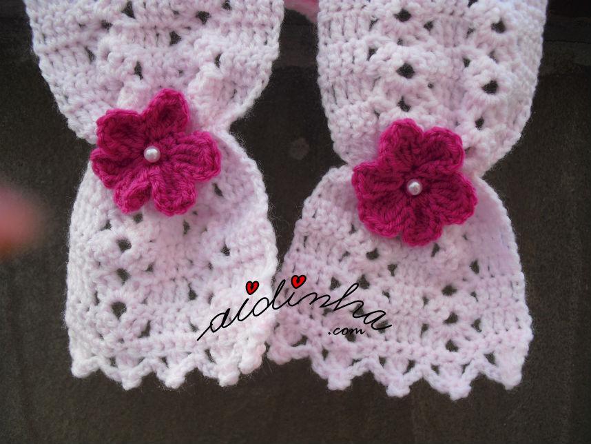 Foto pormenorizada das pontas do cachecol infantil, em crochet, rosa claro