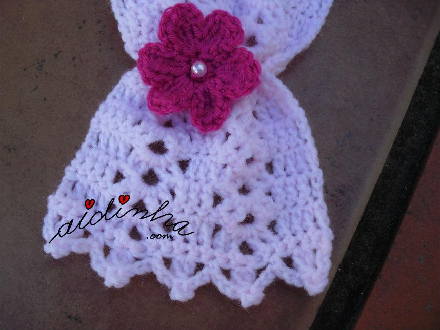 Pormenor de uma das pontas, do cachecol infantil, em crochet, rosa claro