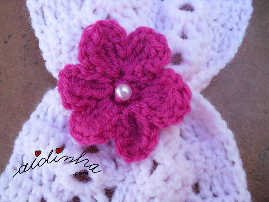 Pormenor da flor, do cachecol infantil, em crochet, rosa claro