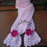 Cachecol infantil, em crochet, rosa claro com flores rosa choc