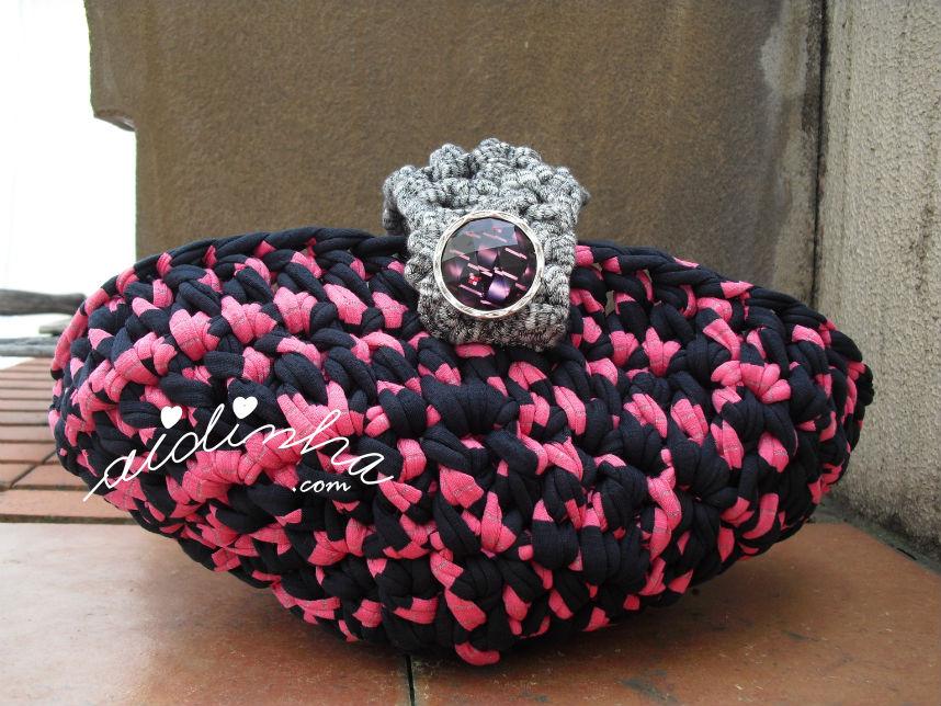 Outra foto do cesto oval de trapilho, rosa, preto e prata
