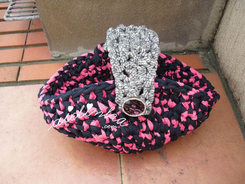 Cesto oval, em trapilho, nas cores rosa, preto e prata