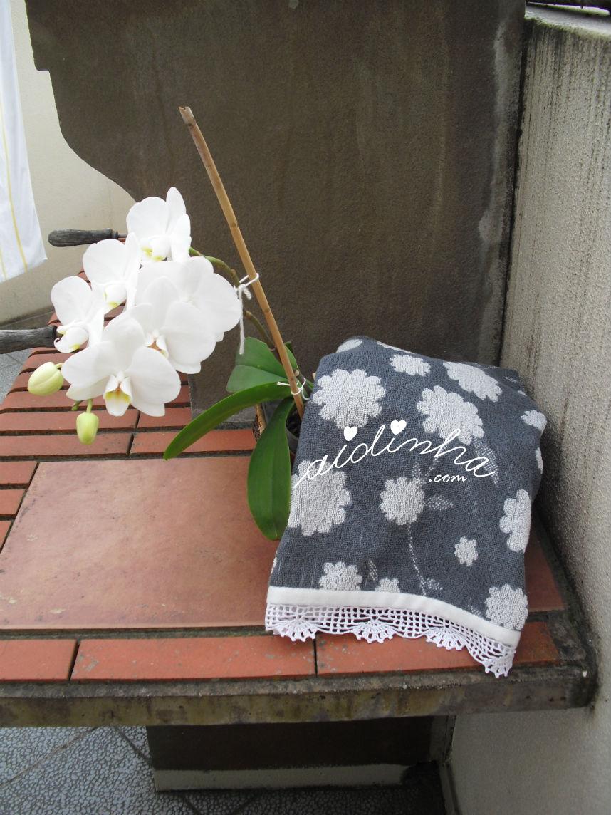 Outra vista do pano cinza e branco com picô de crochet
