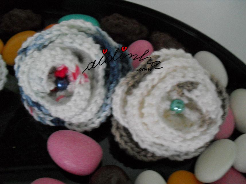 Vista de duas das pregadeiras em crochet, no feitio de flor