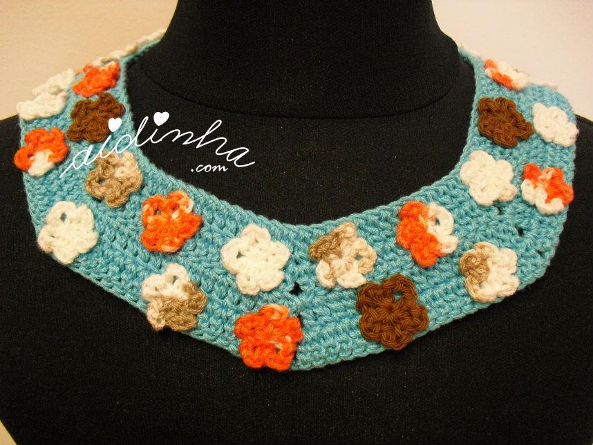 Colar em crochet, turquesa com flores mescladas