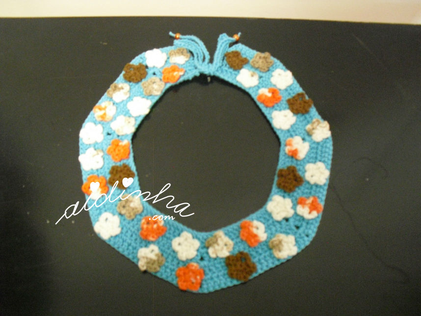 Vista total do colar de crochet, turquesa com florinhas