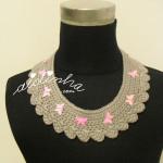 Colar em crochet, cinzento com borboletas rosa