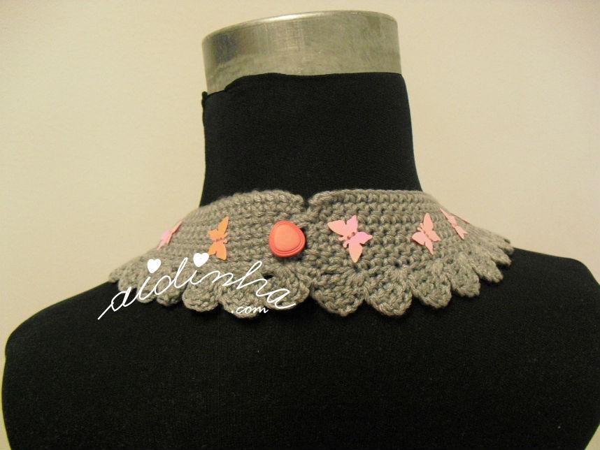 Vista do fecho do colar de crochet cinza