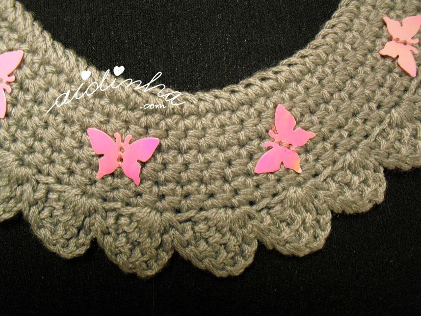 Vista de frente, do colar de crochet cinza