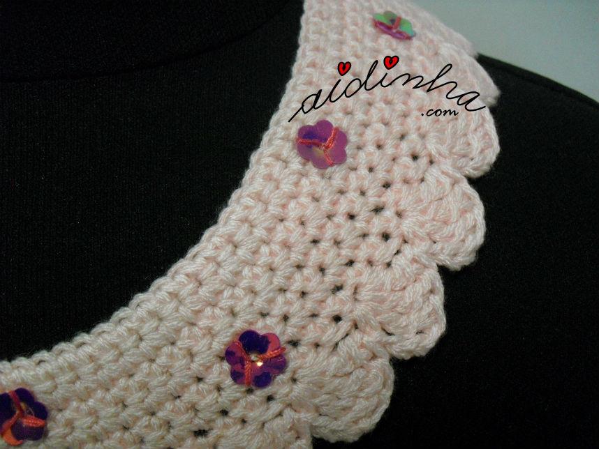Pormenor das florinhas fuscia, do colar de crochet rosa