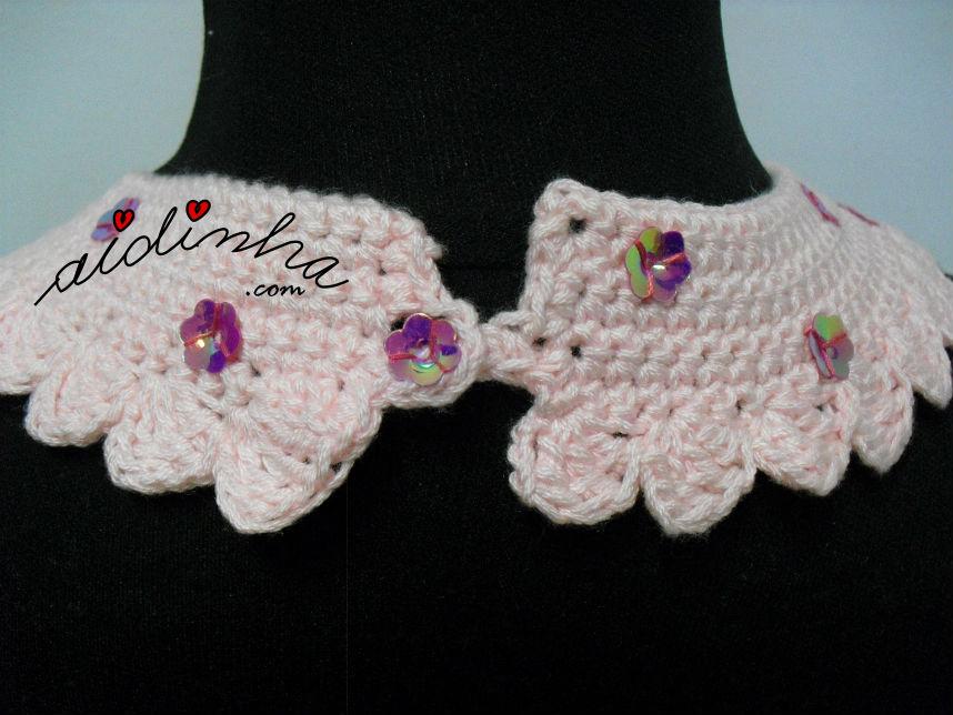 Parte detrás do colar rosa, em crochet