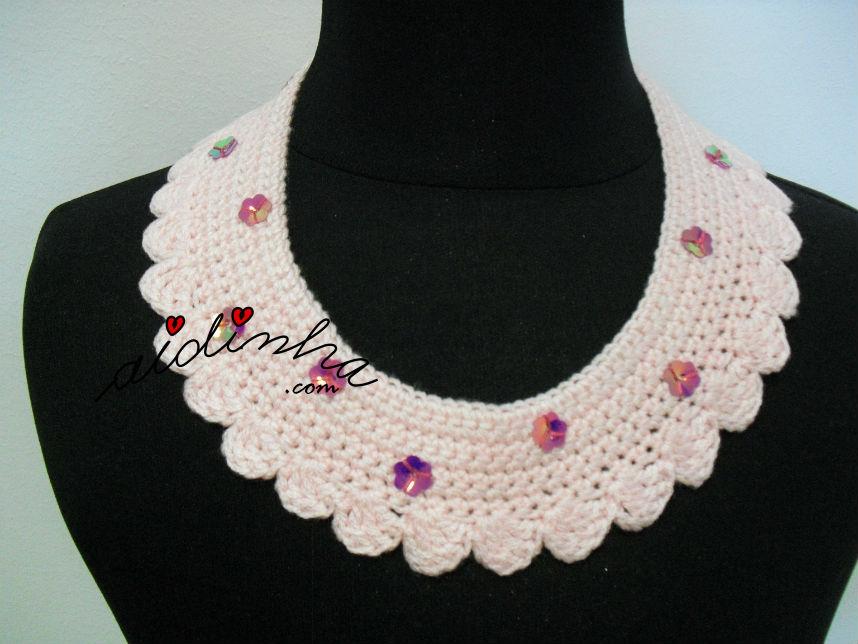 Colar, em crochet, rosa com florinhas