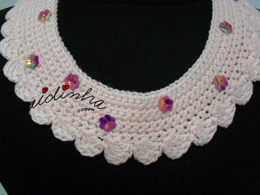 Vista mais de perto do colar em crochet, rosa