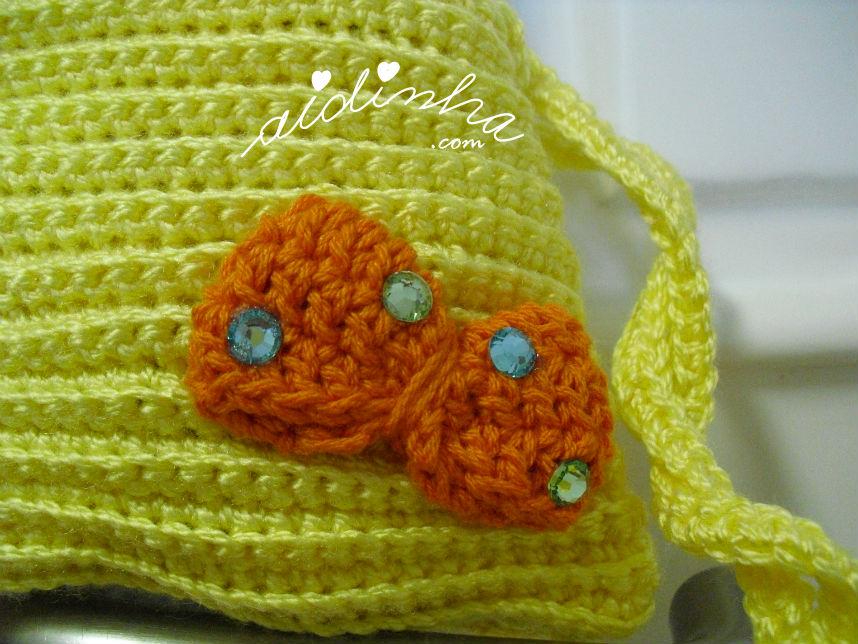 Pormenor do lacinho da bolsa infantil de crochet, amarela