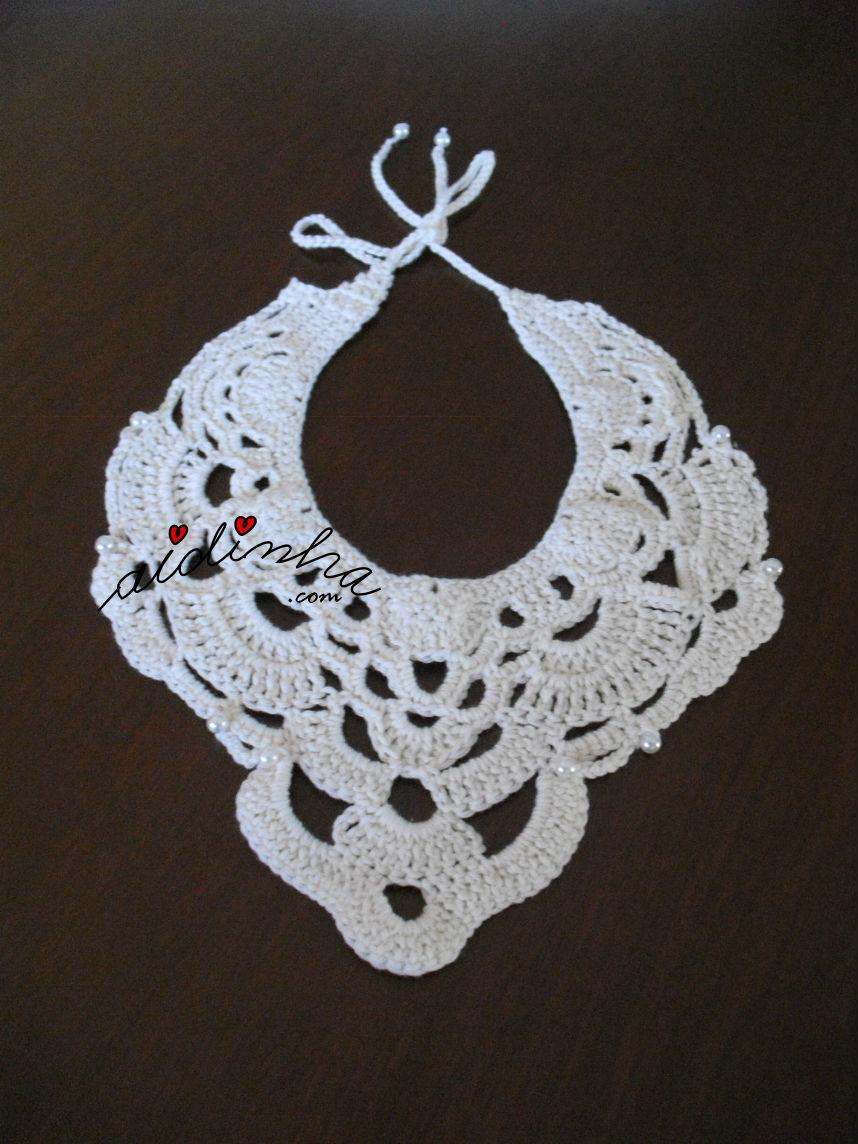 Imagem total do colar, de crochet, com pérolas