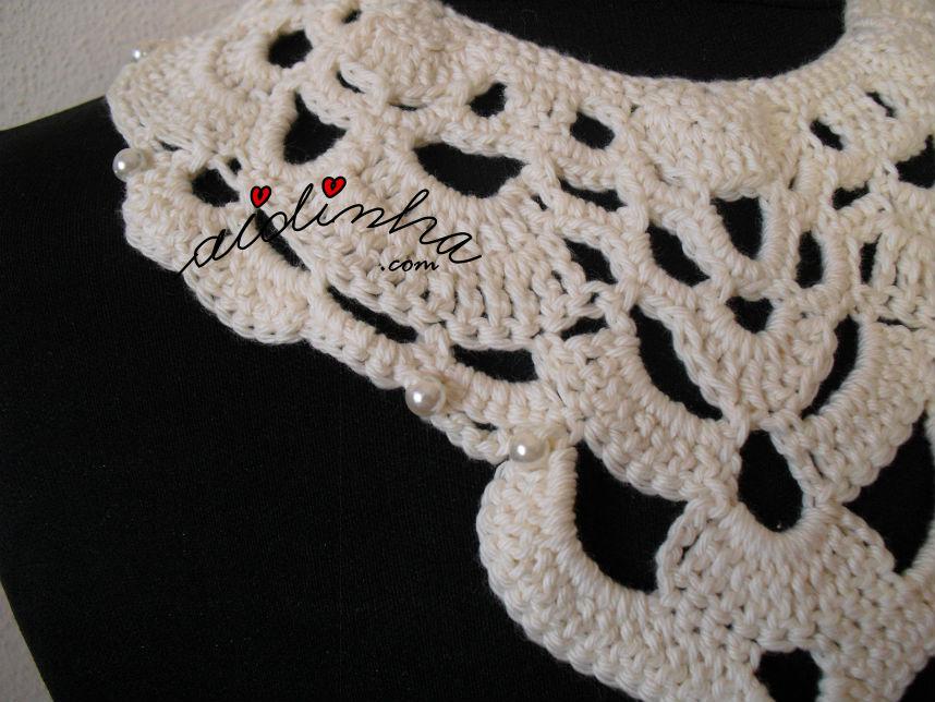 Pormenor das pérolas do colar, de crochet