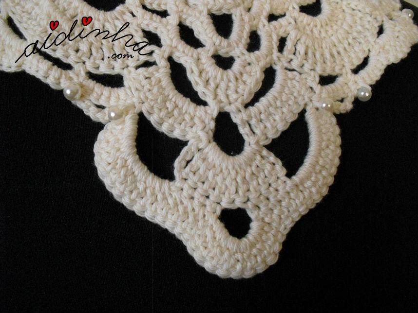 Outra foto do pormenor das pérolas, do colar de crochet
