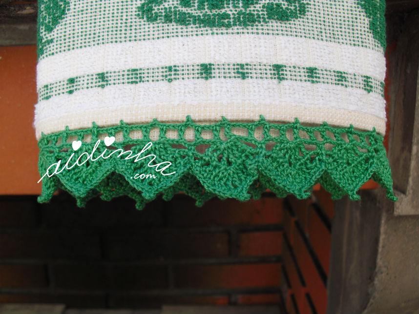 Vista do pano cozinha/copa, com picô crochet verde