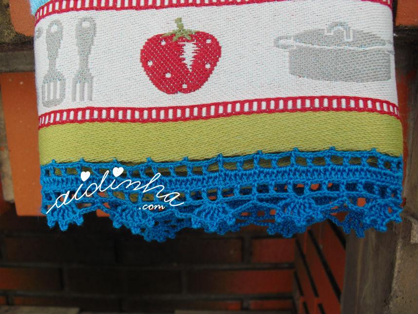 Vista do pano cozinha/copa, com picô crochet azul