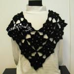 Pelerine, em crochet, preta com lantejoulas prateadas