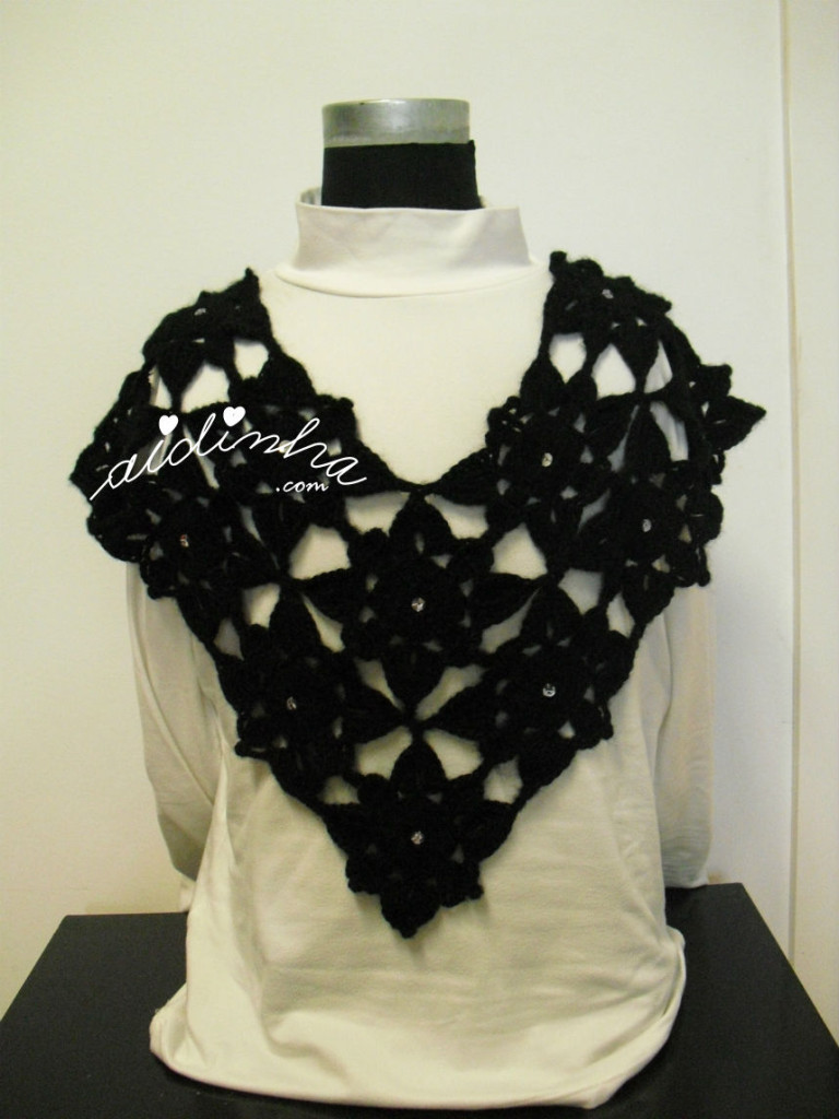 Pelerine, em crochet, preta com lantejoulas