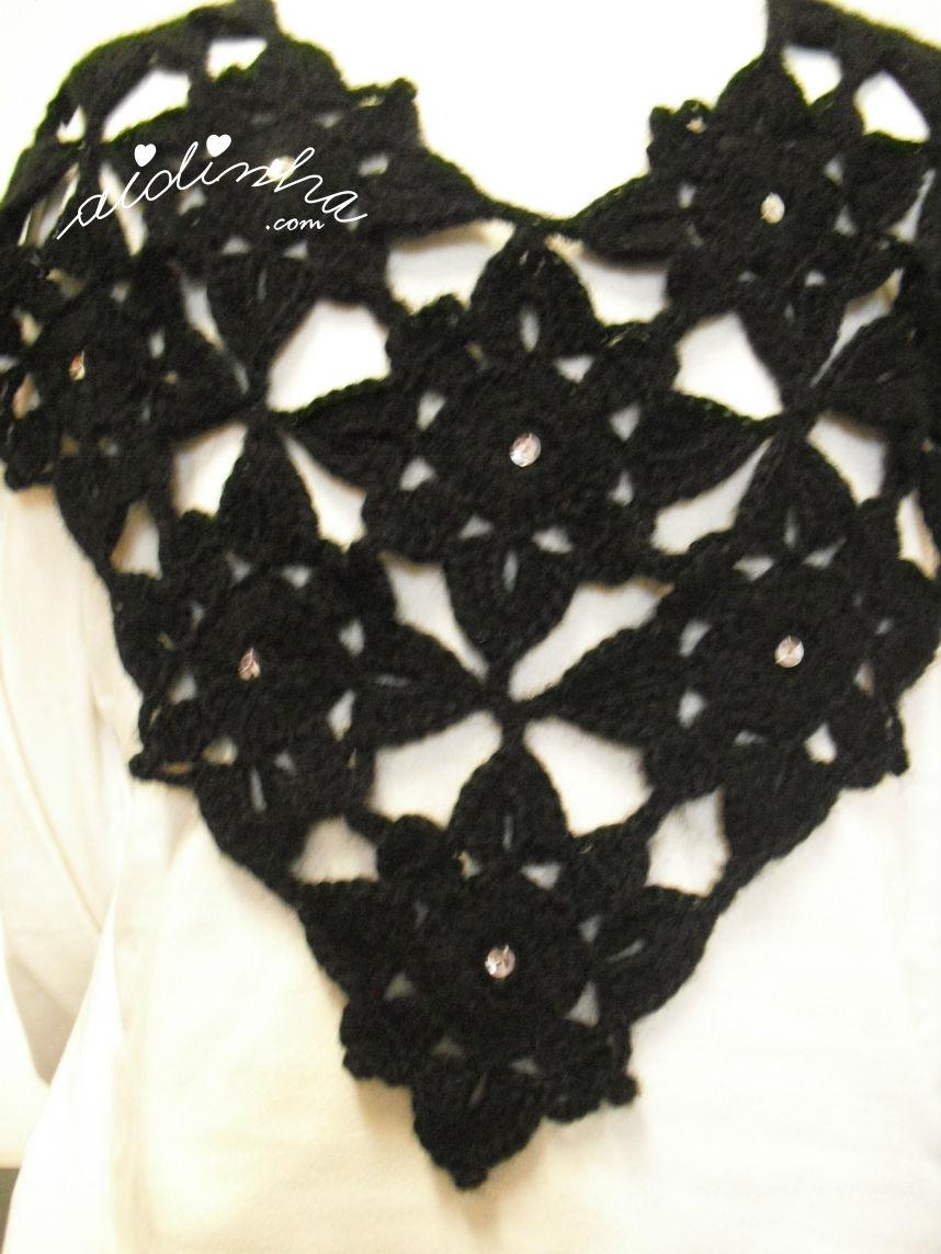 Vista mais aproximada da pelerine, em crochet, preta