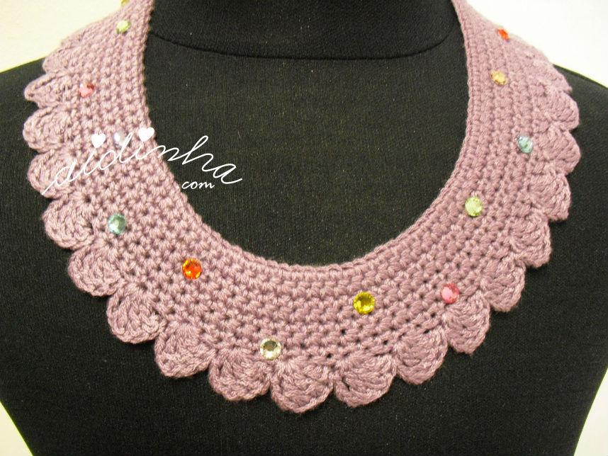 Vista, mais de perto do colar, de crochet, roxo com cristais