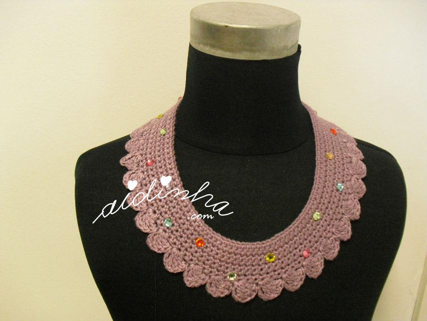 Colar, em crochet, roxo com cristais
