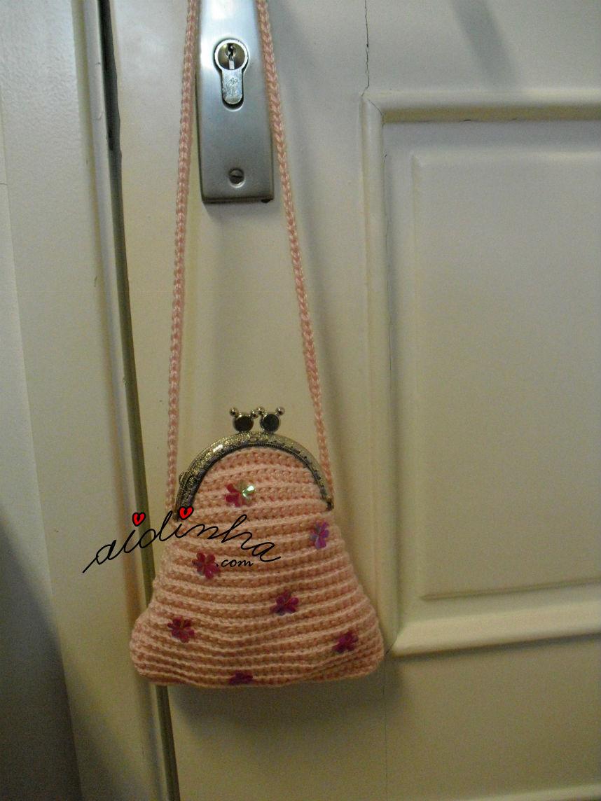 Vista da bolsa infantil, de crochet, pendurada