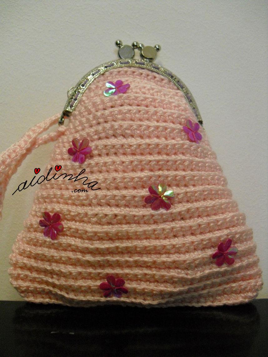 Vista de mais perto da bolsa infantil, em crochet rosa claro