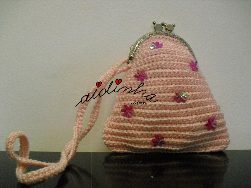 Vista integral da bolsa infantil, rosa claro com florinhas