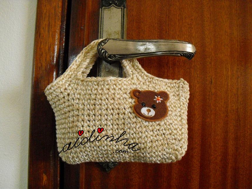 Outra vista da bolsa infantil, em crochet, creme com ursinho