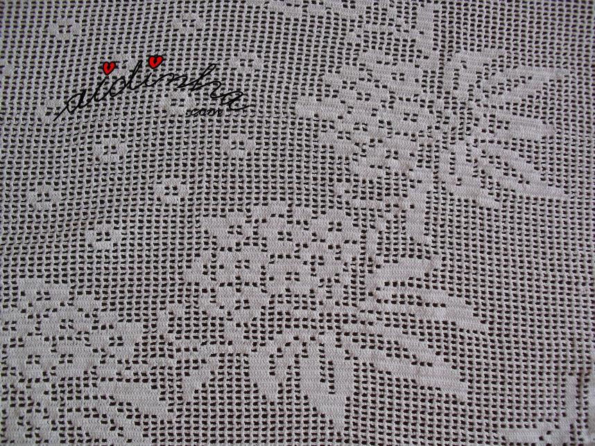 Pormenor das flores que compõem o centro do naperon de crochet