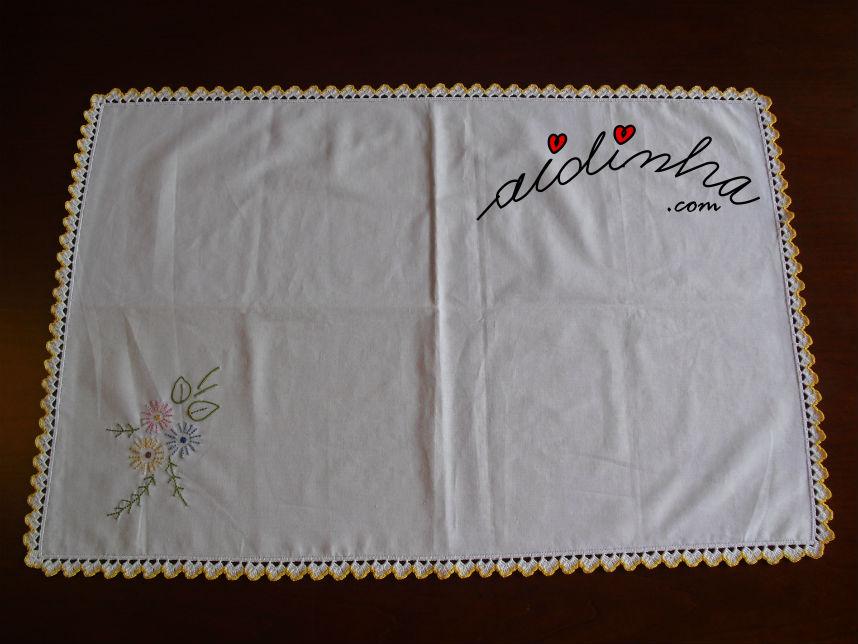 Vista total do individual, bordado à máquina, com picô de crochet